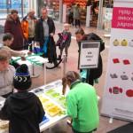 Många barn var med när Julgran av LEGO byggdes i Skärholmen