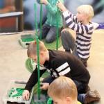 Bygger i LEGO tävlingen under julevent