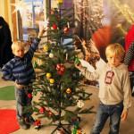 Klä granen i LEGO jul event – Huddinge Centrum