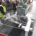 Modellen av Lego över Citybanan beskådas av en väktare