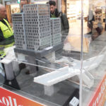 Väktare beskådar lego modellen över Citybanan