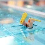 Legomodell av en dykande badgäst i Järfällas nya simhall