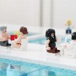 Illustrerar fikande badhus besökare i Järfällas simhall med lego-modell