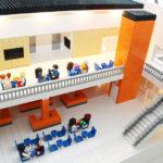 Legogubbar statuerar även i lego-modellen exempel på av café gäster.