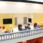 LEGO-modellens exempel av café gäster på övervåningen