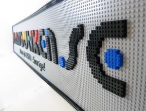 Foeretagslogos byggs på beställning i LEGO.