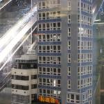 Skatteskrapan på medborgarplatsen av LEGO