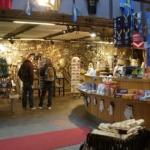 Insidan av tornet innehåller shop och restaurang